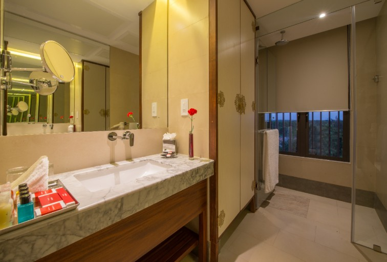 Luxury Bathrooms at Vivanta Colombo, Airport Garden