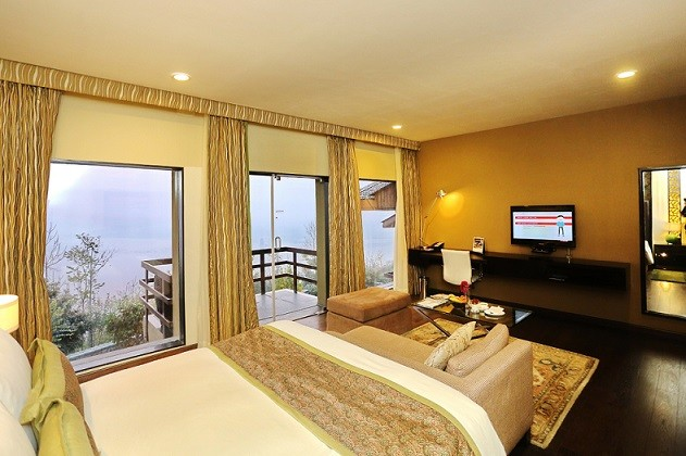 Book & Stay at Vivanta Dal View